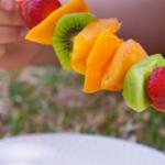 Espetadas de Fruta com Molho de Maracujá