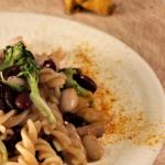 Salada de massa, feijão e brócolos
