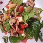Salada de espinafres com cogumelos, bacon e queijo feta