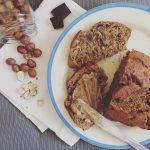 Bolo de banana, chocolate e avelãs