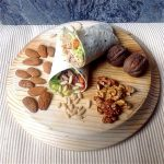 Wrap com guacamole, salada e frutos secos