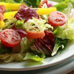 Salada fresca com vinagrete de framboesas