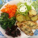 Bife de frango grelhado com salada de cenoura e beterraba
