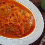 Bife de peru em molho de tomate com massa