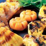Bifes de frango com abacaxi grelhado