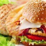 Hambúrguer de aves com salada mista