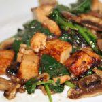Tofu com cogumelos e espinafres