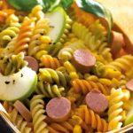 Salsichas de peru com salada colorida