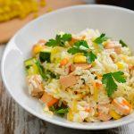 Salsichas de aves com salada de cenoura e beterraba