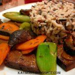 Tofu grelhado com legumes salteados