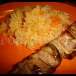 Espetada de peru com arroz branco e cenoura ralada
