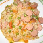 Salsichas de aves grelhadas com arroz de cenoura