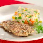 Bife de peru grelhado com arroz de cenoura e salada de alface com coentros