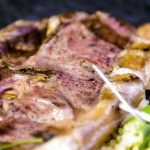 Costeleta de porco com espargos e couscous
