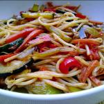 Esparguete com legumes e sementes de papoila