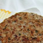 Hambúrguer vegetariano com feijão-frade e salada de pepino