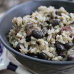 Feijão-preto com legumes e arroz