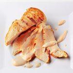 Bife de peru grelhado com arroz de cenoura e salada de alface e rúcula