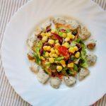 Salada colorida com perú