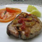 Bifes de atum com tomate e pimentos
