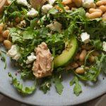 Salada de grão com abacate, atum e brócolos