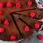 Bolo de batata-doce com chocolate e framboesas