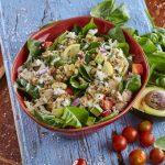 Salada de frango com espinafres, abacate e morango