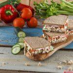 Sanduíche de frango, pepino e tomate